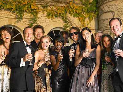 人们在聚会时喝香槟图片