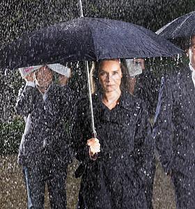 雨中打伞的女人图片