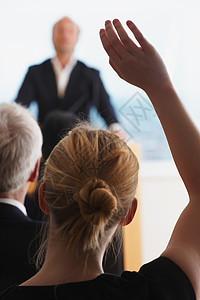 女人举着胳膊问问题图片