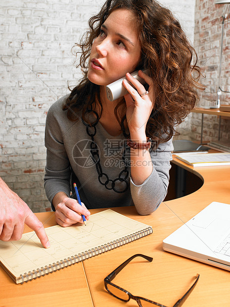 商务女性和同事通电话图片