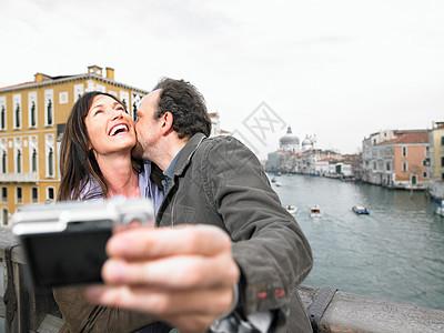 一对夫妇在桥上自拍图片