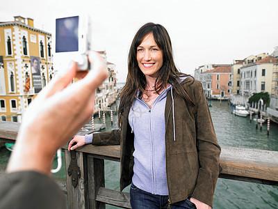 男子给太太拍照图片