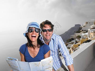 笑着看地图的夫妇图片
