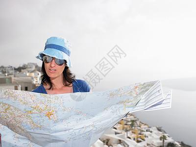 旅游度假看地图的女人图片