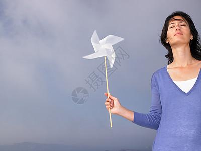 拿着风车的女人图片