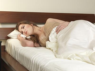 躺在床上难以入眠的女性图片
