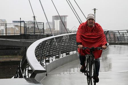 老人雨中骑行图片
