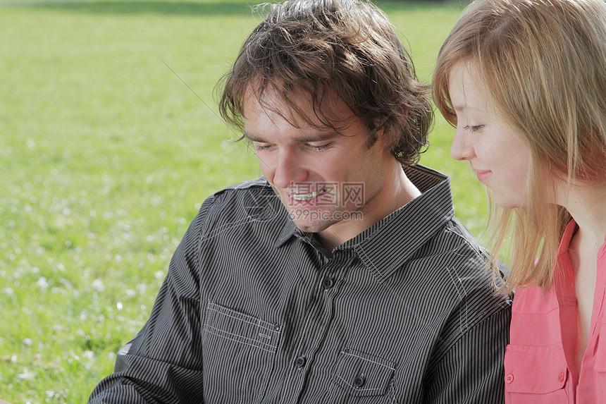 一对夫妇一起坐在公园里图片