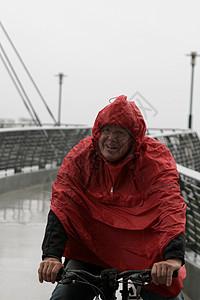 穿雨衣骑自行车的老人图片