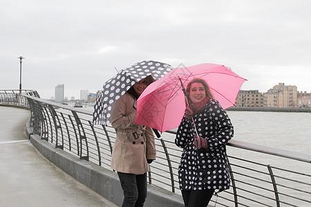 河边的2个打伞的年轻女子图片