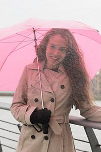 打着粉红伞的年轻女子图片