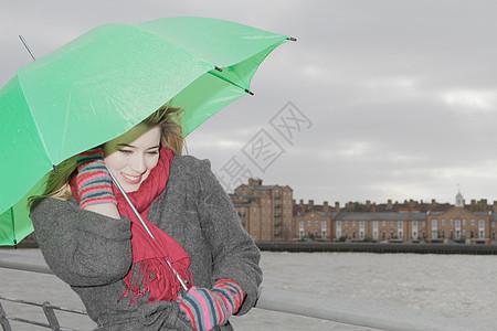 打着绿伞的年轻女子图片