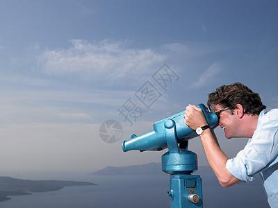 看望远镜的男人图片