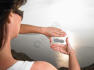 女人用手取景图片