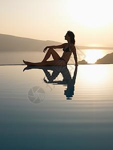 坐在池边的女人图片