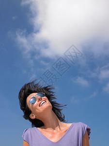 蓝天下女人微笑图片