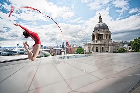 城市屋顶上的艺术体操图片