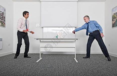 打乒乓球的商务人士图片