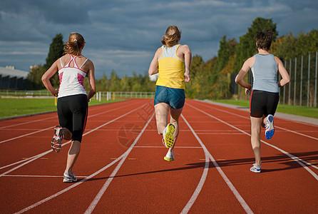 3名女运动员跑步图片