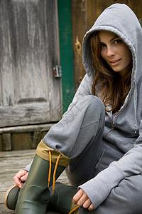 穿雨鞋的女性肖像图片