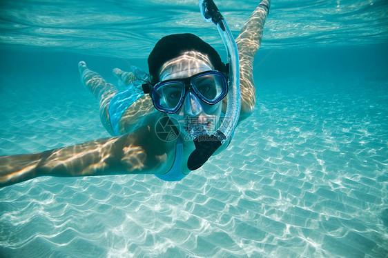 女子潜水图片