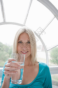 拿水杯微笑的女人图片
