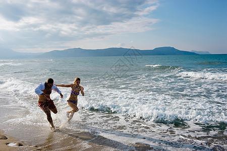 在海滩上跑步的夫妇图片