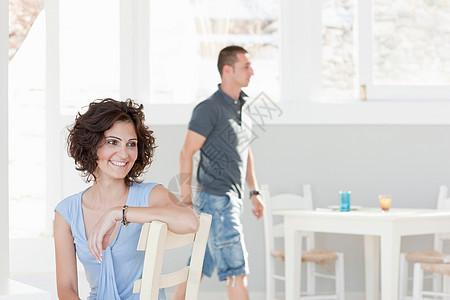 一对夫妇在餐馆里活动图片