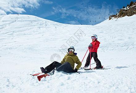 妈妈和女儿在雪地里玩耍图片