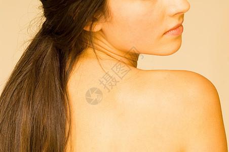 女孩的肩膀图片