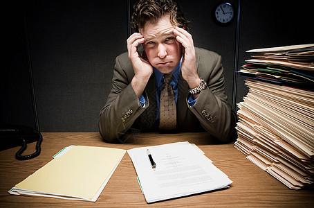 带着文书工作的紧张的人图片