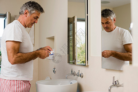 准备刷牙的男士图片