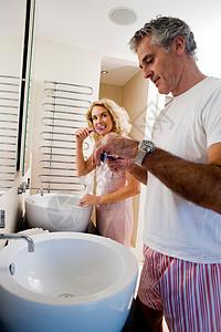 夫妻刷牙图片