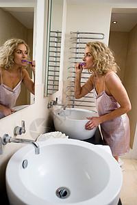 女人刷牙图片
