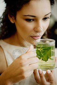 喝花草茶的女人图片