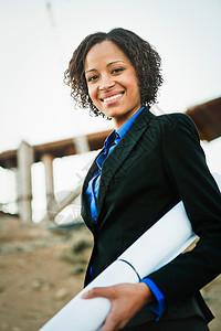 工作现场的女人带着计划微笑图片