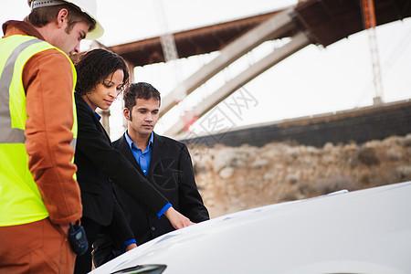 两男一女在车上检查计划图片