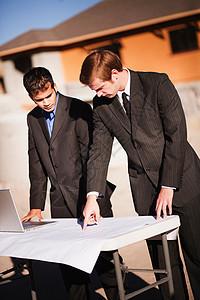 2名工人在工地检查计划图片