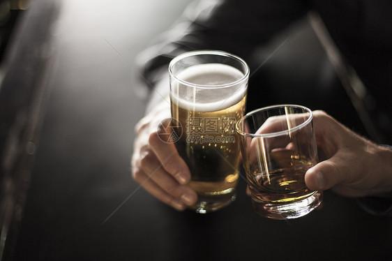 两个人在酒吧举杯的特写镜头图片