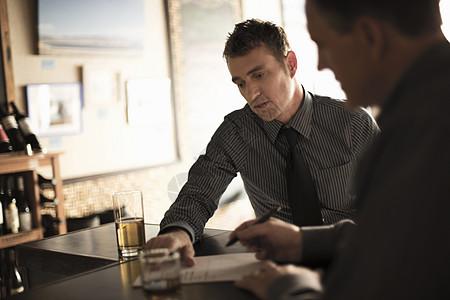 合作伙伴在酒吧签署商业合同图片