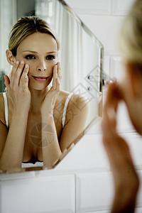 照镜子的女人图片