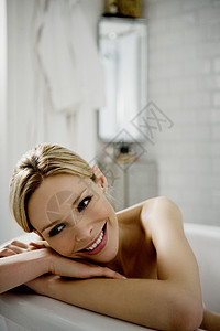 爬在浴缸上的美女图片