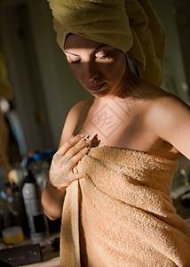 裹着毛巾的女人图片