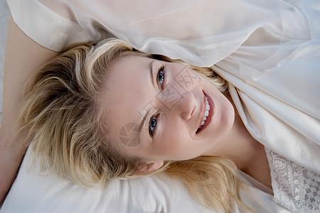 躺在床上的女人的肖像图片