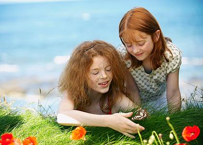 两个女孩在看蝴蝶图片