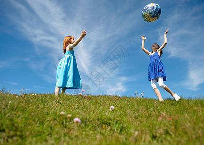 2个小女孩扔充气球图片