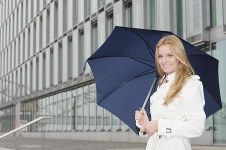城市街道上带伞的女人图片