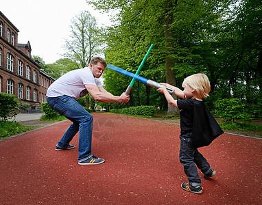 父子俩用玩具剑打架图片