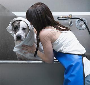 从狗身上拖下来的女人图片