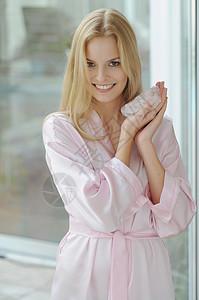 微笑的女人拿着玫瑰石英图片